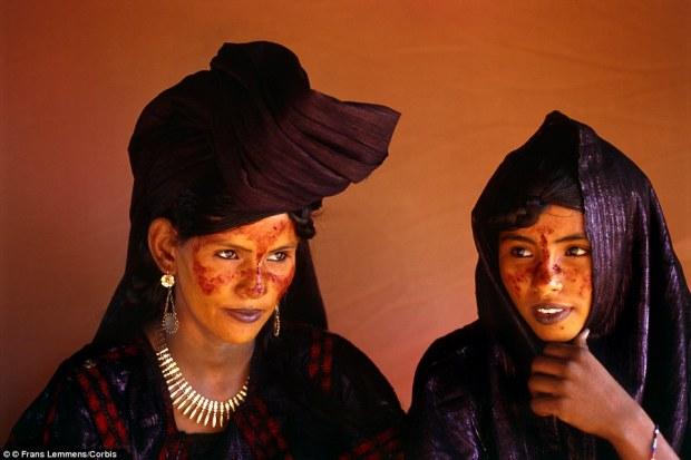 29E2B90600000578-3131511-Class_system_Tuareg_women_pictured_in_Niger_The_Tuareg_are_divid-a-11_1435129466227
